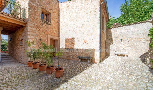 Gemütliches renoviertes Stadthaus mit Terrasse in Selva