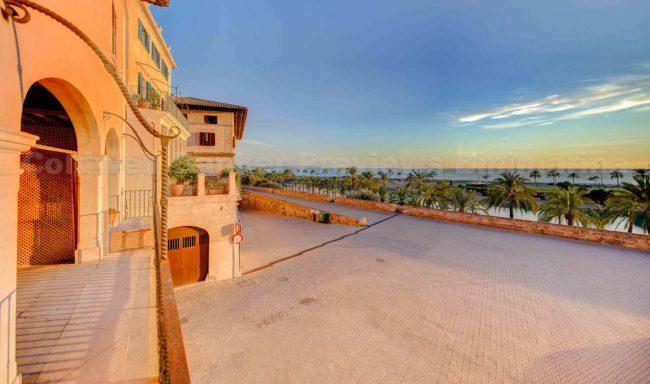 Palast mit Meerblick neben der Kathedrale